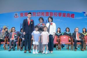 東華三院副主席文頴怡小姐(後排右)在東華三院副主席譚鎮國先生(後排左)陪同下,致送紀念品予主禮嘉賓香港藝術館總館長譚美兒小姐(後排中)。