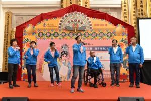 圖四為東華三院屬下安老服務單位「越齡」的長者於記者招待會上作粵曲表演。