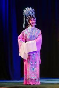 圖五為東華三院副主席鄧明慧女士再次踏台板作慈善演出嘉賓,於《佳偶天成》中演出。