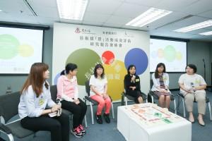 東華三院賽馬會耆青藝坊的成人義工、照顧者及青少年義工(左二至左五)分享參與藝術探「房」活動的感受。