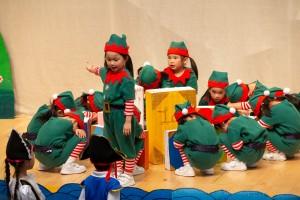 圖4-5為東華三院呂馮鳳紀念幼稚園學生於校慶典禮上表演,慶祝該校35周年校慶。