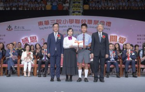 圖一:東華三院主席兼名譽校監蔡榮星博士(左一)陪同主禮嘉賓香港教育大學校長張仁良教授BBS太平紳士(右一)頒發畢業證書予畢業學生代表。