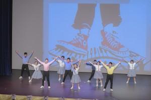 圖三及四:學生於聯校畢業典禮上落力表演。