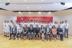 圖四:東華三院主席兼名譽校監蔡榮星博士(前排左五)及董事局成員與取得優異成績的應屆文憑試考生合照。
