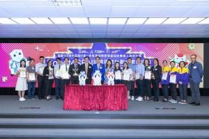 圖六:教育局首席助理秘書長(特殊教育)黎錦棠先生(左九)頒發獎狀予教學課件設計比賽各得獎者。