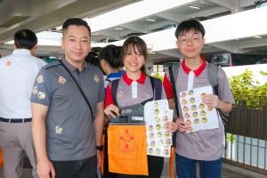 圖三至十為東華三院董事局各成員亦為賣旗義工學生打氣,並與同學合照。