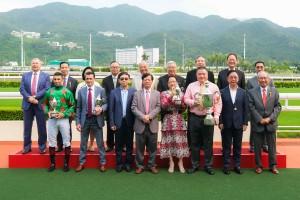 圖二為東華三院主席蔡榮星博士(前排右二)頒發「東華三院挑戰盃」,與馬匹「發財寶」的馬主、練馬師及騎師合照。