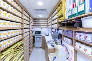 圖三、四及五:東華三院六福集團中醫診所共設有2個診症室、1個藥房及1個針灸推拿治療室,為市民提供中醫全科及多項專科服務。