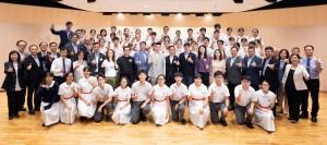 圖一:東華三院主席兼名譽校監蔡榮星博士(第二排左十三)、董事局成員及其他嘉賓,一同嘉許賣旗日學生義工。