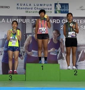 伴跑員董綺雯(中)、跑手謝彩玉(右)及張浩倫(左)勇奪五公里女子公開組冠、亞、季軍。