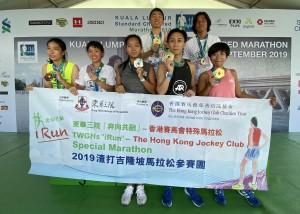 七名得獎跑手於頒獎台前合照