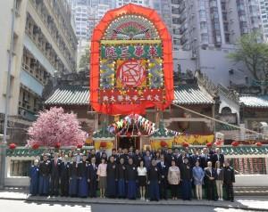 東華三院董事局成員及嘉賓於東華三院文武廟前合照