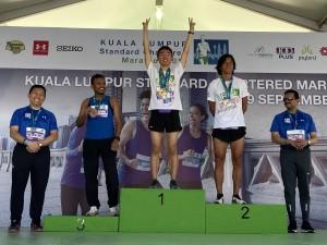 何詩昊(右三)及伴跑員謝偉雄(右二)勇奪男子五公里公開組的冠、亞軍。