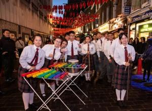圖四:學生大使到訪唐人街,並表演創意敲擊樂。