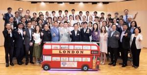 圖五:東華三院主席兼名譽校監蔡榮星博士(第一排右七)與董事局成員主持東華三院學生大使倫敦參訪團啟動儀式後,與28名學生大使及其他嘉賓合照。