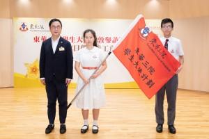 圖六:東華三院主席兼名譽校監蔡榮星博士(左一)見證學生大使誓師後,授旗予學生大使代表。