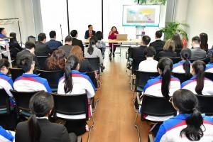 圖八:參訪團到訪香港駐倫敦經濟貿易辦事處,了解辦事處如何向倫敦商界推廣香港及服務在當地的香港人。