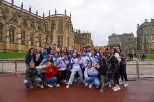 圖九:學生大使於參觀溫莎堡期間遇上來自法國的學生參訪團,即席交流學習心得。