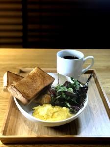 北海道牛奶滑蛋厚多士配沙律早餐,讓上班族健康地開始每一天。