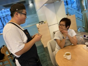 iBakery灣仔新店秉承不同能力同一熱愛的理念,聘用了多名殘疾僱員在不同崗位上為客人提供服務。