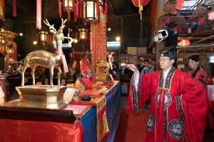圖1為青松觀道長為「文昌啟智禮」主持功德科儀,燃點「文昌四寶燈」及開啟「青雲路」。