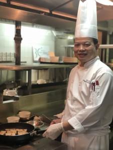 陽明山莊明園總廚黃浩初師傅即場煎煮蘿蔔糕及年糕與CookEasy團隊分享。