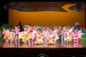 圖3-4為東華三院洪王家琪幼稚園學生於校慶典禮上表演,慶祝該校35周年校慶。