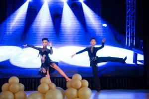 圖3-4為東華三院周演森小學學生於校慶典禮上表演,慶祝該校15周年校慶。