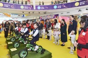圖2:一眾學生即場示範操作四部發電單車,教職員並向嘉賓介紹發電單車的科學原理,及東華三院的幼兒教育服務。