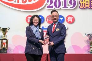 圖二:東華三院主席蔡榮星博士(右)致送紀念品予電視廣播有限公司代表非戲劇分部經理何小慧小姐(左)。