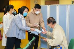 圖一為東華三院文頴怡主席(左一)及譚鎮國副主席(左二)到訪東華醫院,親身向病人派發口罩。