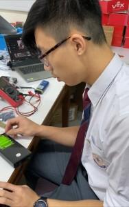 圖二為東華三院甲寅年總理中學中六學生郭彥廷。