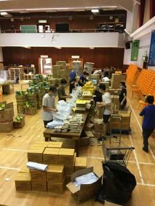 圖十一:東華三院撥出學校禮堂以支援包裝食物包的工作。
