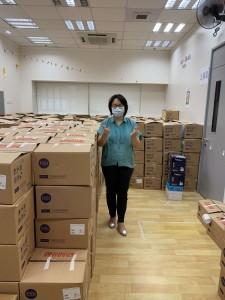 圖二:東華三院文頴怡主席親身參與包裝抗疫包的工作,與東華三院員工攜手抗疫。