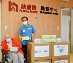 嘉華國際工程策劃總監 (香港地產) 黃博強先生(右)將醫用口罩送予扶康會康復中心的服務使用者代表
