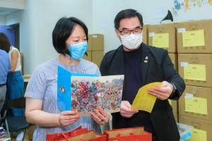 圖四:東華三院文頴怡主席(左)及蘇祐安行政總監(右)檢視抗疫包內的口罩套。