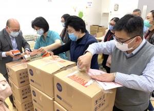 圖五:東華三院文頴怡主席(左二)與該院員工合力包裝防疫包,送贈予弱勢社群。