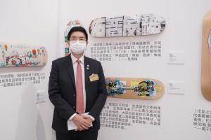 圖五為馬清揚副主席與其設計滑板作品《神威普佑》合照。