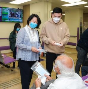 圖六:東華三院文頴怡主席(左一)及譚鎮國副主席(左二)到訪東華醫院,向病人派發口罩。