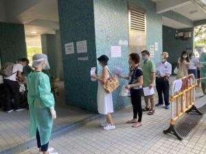 圖七及圖八:東華三院調配工作人員在檢測站協助收集檢測瓶。
