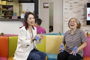 圖二為「星級榮譽大使」楊千嬅小姐於拍攝全新宣傳片時與東華三院老友記一同做運動,齊齊強化手部肌力。