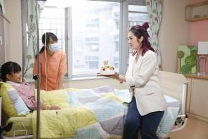 圖三為千嬅化身「東華義工」為病童送上溫暖。