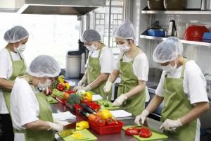 圖四及圖五為千嬅親身體驗「煮餸易」餸菜包送遞服務之預備工作,聯手製作餸菜包。