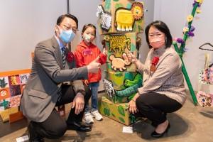 圖二為康樂及文化事務署署長劉明光太平紳士(左),和東華三院主席文頴怡小姐(右)欣賞幼兒藝術家的作品。