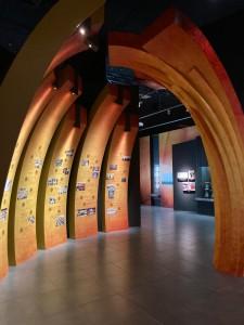 圖四為展覽特別設計東華時光隧道,展示150年來東華三院與香港市民並肩同行。