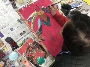 圖3、4︰「愛不同藝術」藝術家梁日洪(上圖)及李愛兒(下圖)繪畫韋佗尊者及金花娘娘畫像的過程。