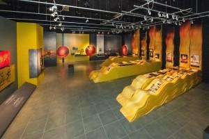 圖五為展覽以水袖的概念展示東華三院歷年的戲曲籌款項目,別具創意。