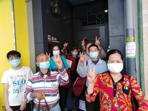 圖二、三為東華三院的服務使用者感謝順豐香港支持弱勢社群抗疫。