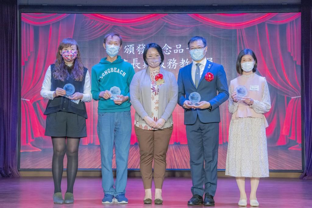 圖三為東華三院主席兼名譽校監文頴怡小姐(中)頒發教職員長期服務獎。