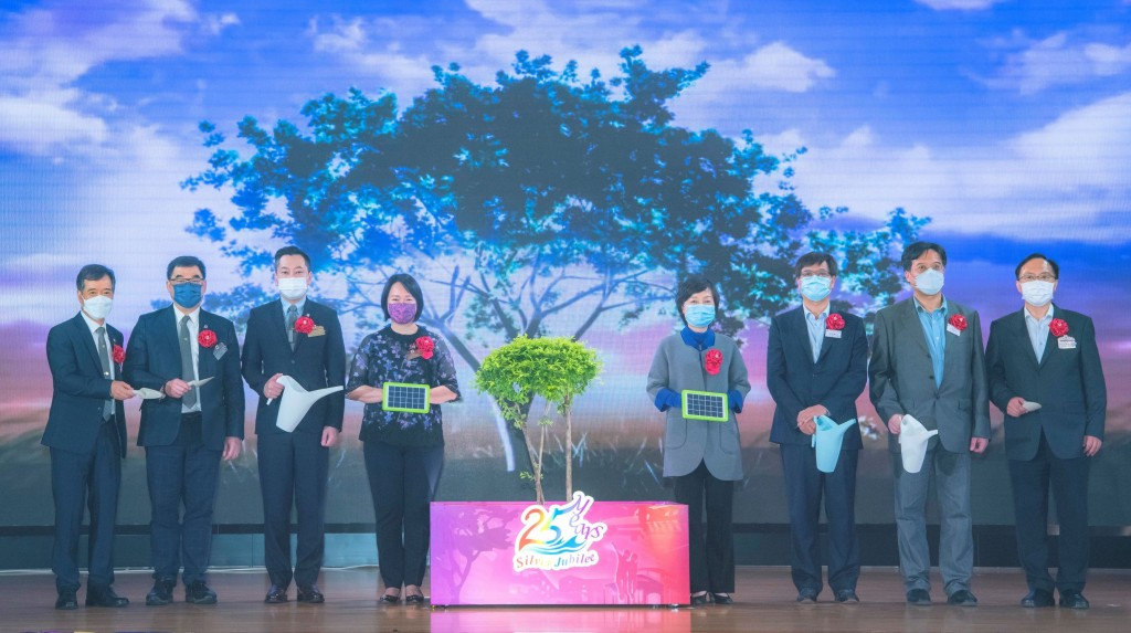 圖一為東華三院主席兼名譽校監文頴怡小姐(左四)、主禮嘉賓教育局副局長蔡若蓮博士太平紳士(右四)及其他嘉賓主持25周年銀禧校慶儀式。